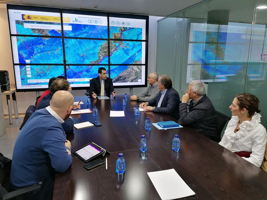 El consejero de Fomento e Infraestructuras, José Ramón Díez de Revenga, y miembros de la plataforma vecinal y autoridades locales, durante la reunión en la que reivindicaron conjuntamente la construcción de la presa de la rambla de Tabala. Imagen: CARM