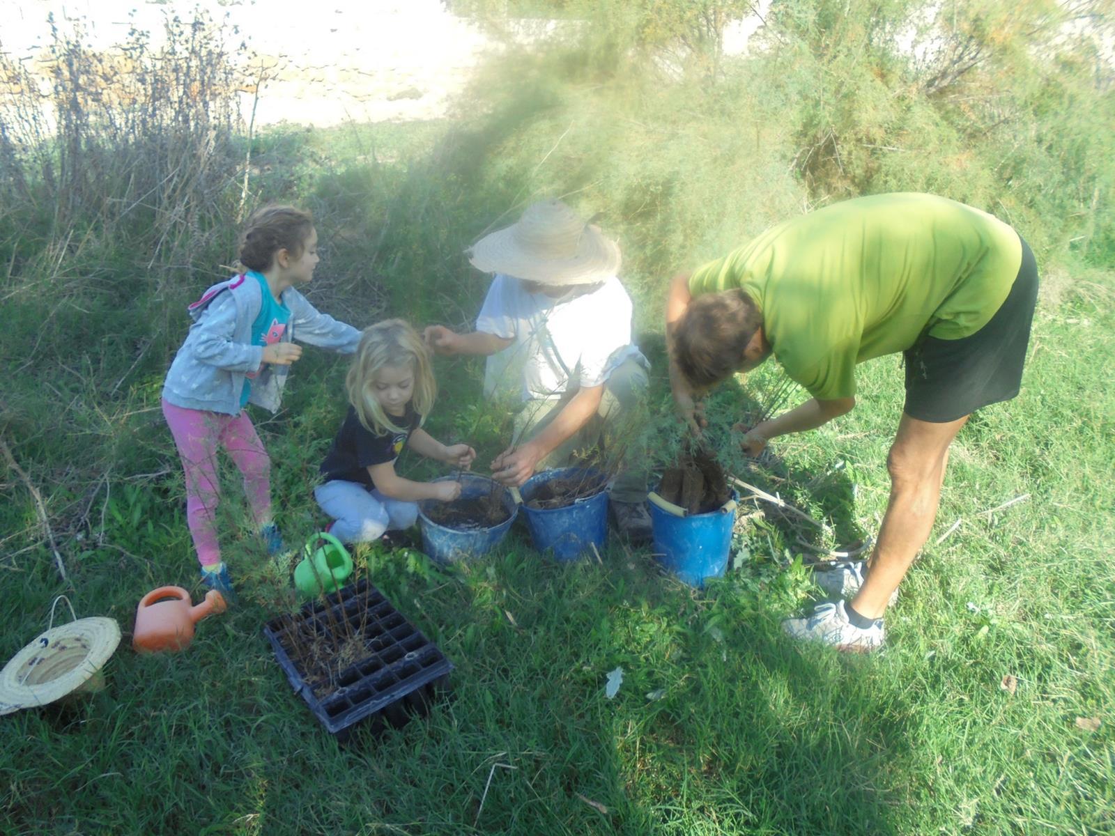 Los vecinos más jóvenes también recibieron los plantones. Imagen: Adesga.