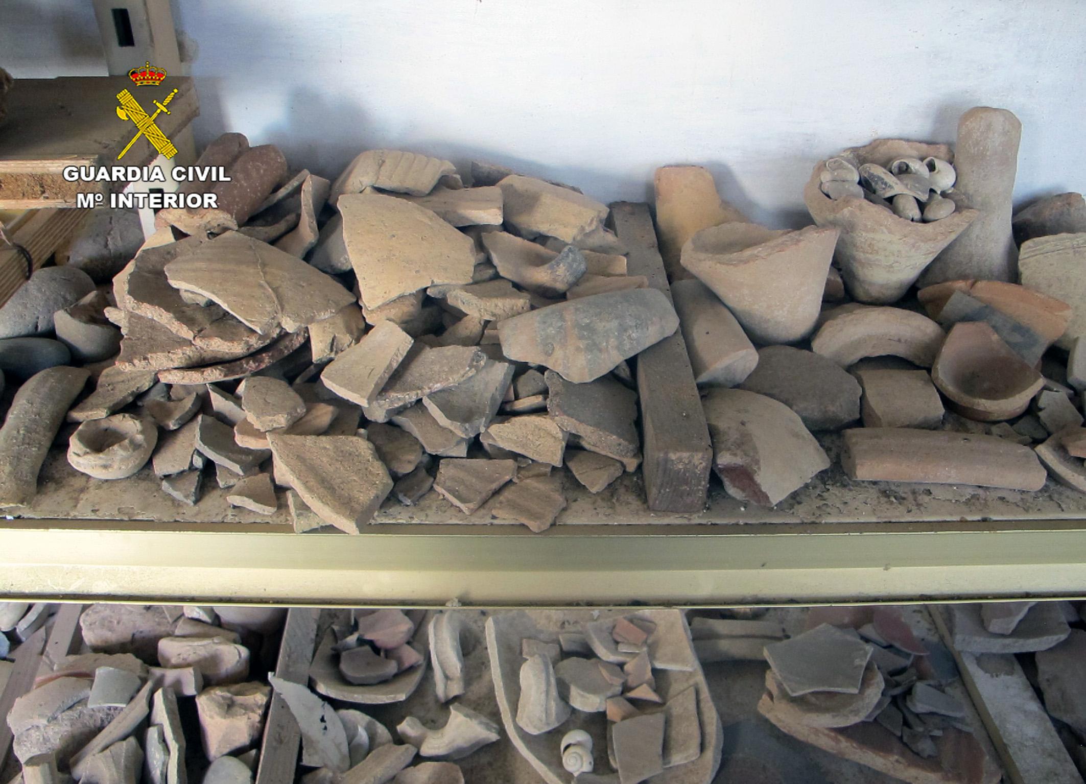 En la investigación se han localizado grandes cantidades de fragmentos de recipientes de vidrio y miles de fragmentos cerámicos. Imagen: Seprona