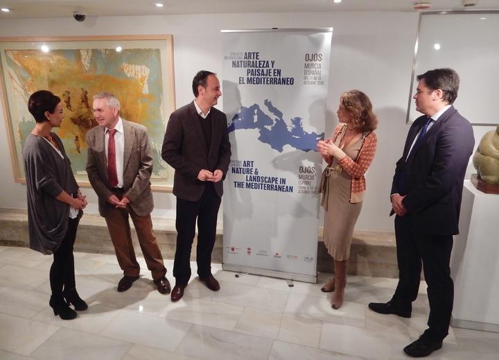El consejero de Turismo, Cultura y Medio Ambiente, Javier Celdrán, ha presentado el congreso internacional 'Arte, Naturaleza y Paisaje en el Mediterráneo' junto al alcalde de Ojós, Pablo Melgarejo. Imagen: CARM