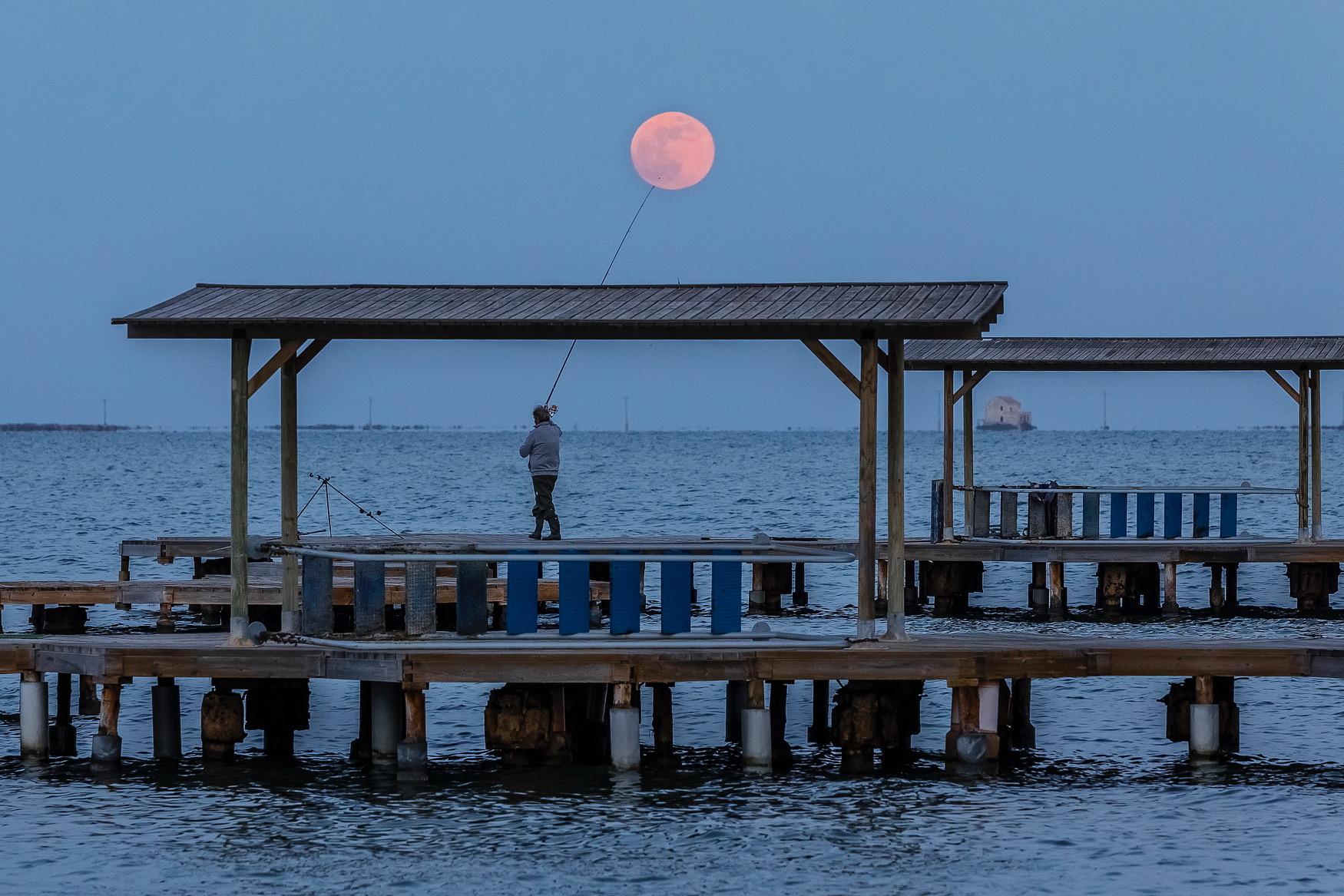 Segundo clasificado: 'Pescando la luna', de Pedro Javier Sáez