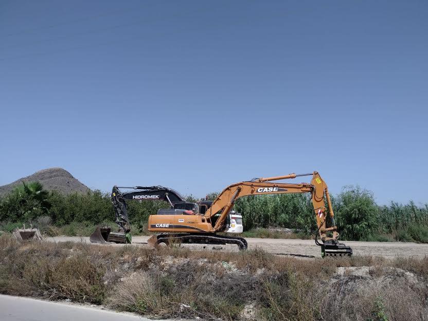 Las excavadoras estaban esta mañana en las inmediaciones de la acequia. Imagen: Huermur