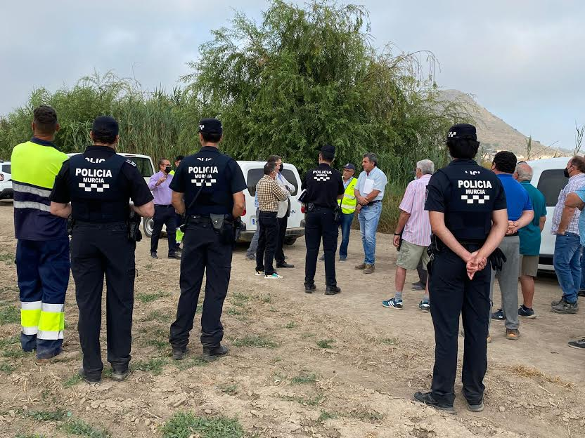 La Policía municipal, en plena actuación. Imagen: Huermur