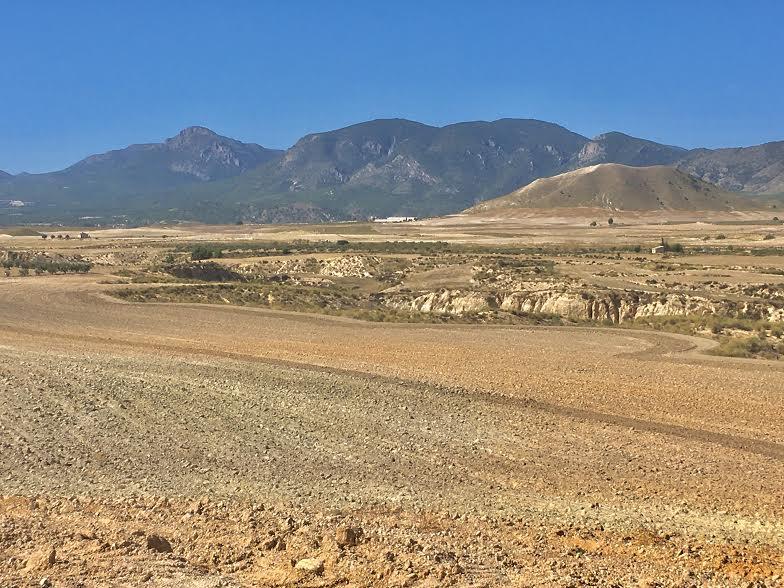ntorno de la zona donde se ubicaría, con el río Turrila y la Sierra del Gigante. Imagen: Acude
