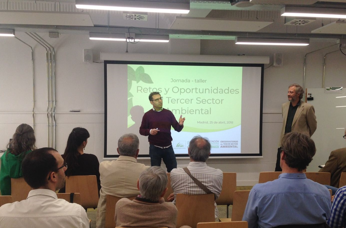 Roberto Lozano, presidente de AFN, en compañía de Ignacio Torres, subdirector de la Fundación Biodiversidad, se dirige a los asistentes a la jornada. Imagen: AFN