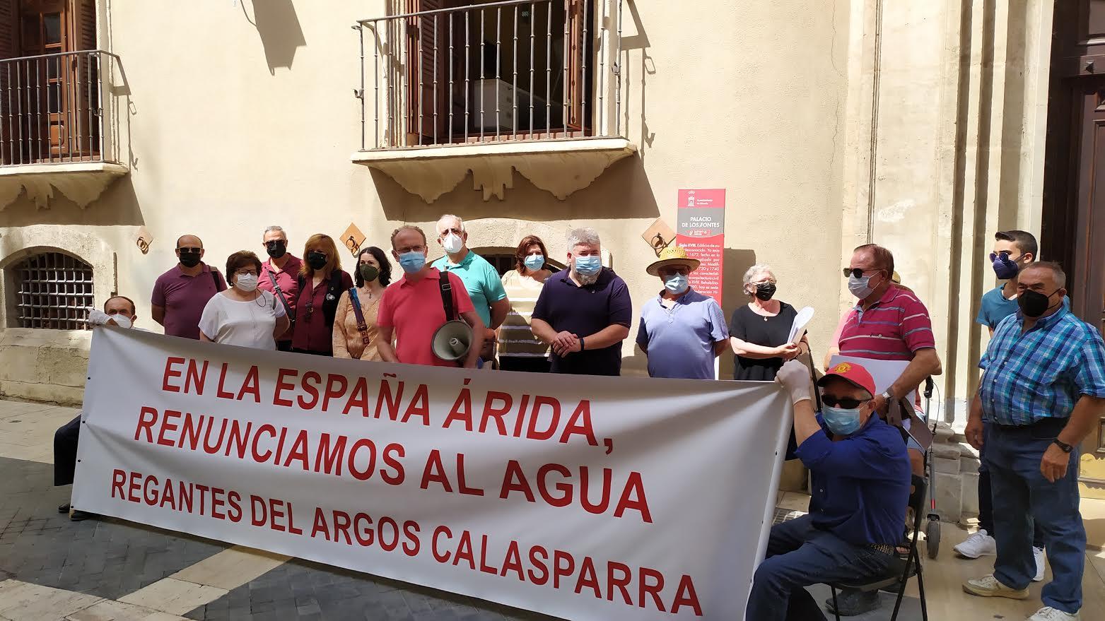 Un momento de la congregación de ayer en la puerta de Confederación Hidrográfica del Segura. Imagen: Grupo Municipal Calasparra Viva