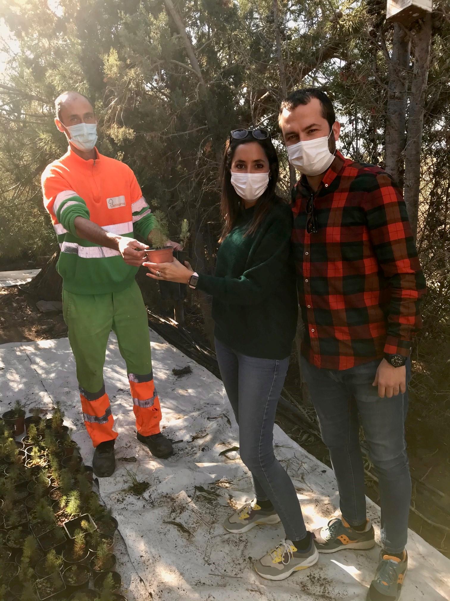 Una pareja recibe uno de los ejemplares de árboles repartidos. Imagen: Ayto. de Águilas