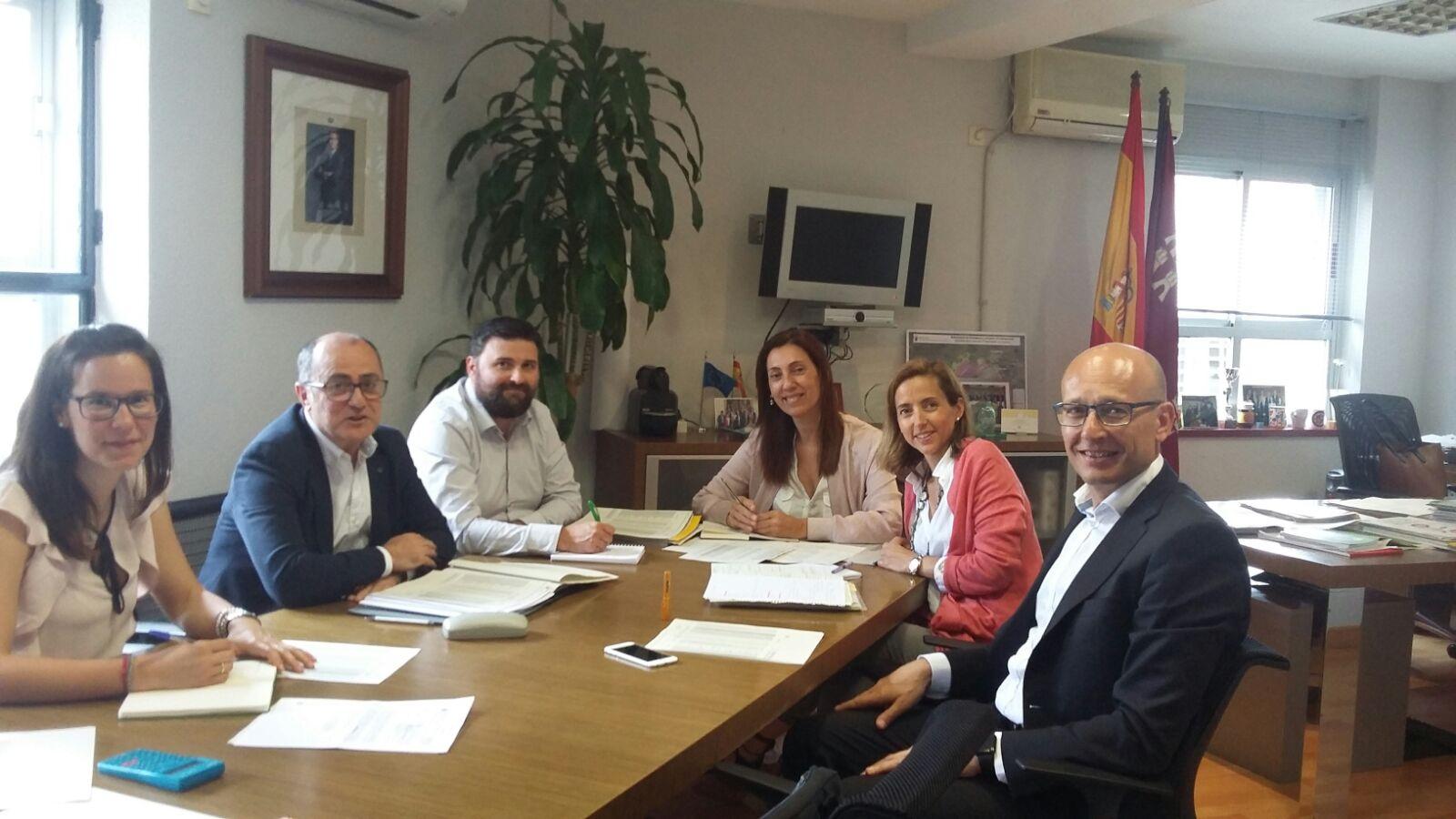 Asistentes a la Comisión de seguimiento del convenio suscrito con Ecoembes. Imagen: CARM