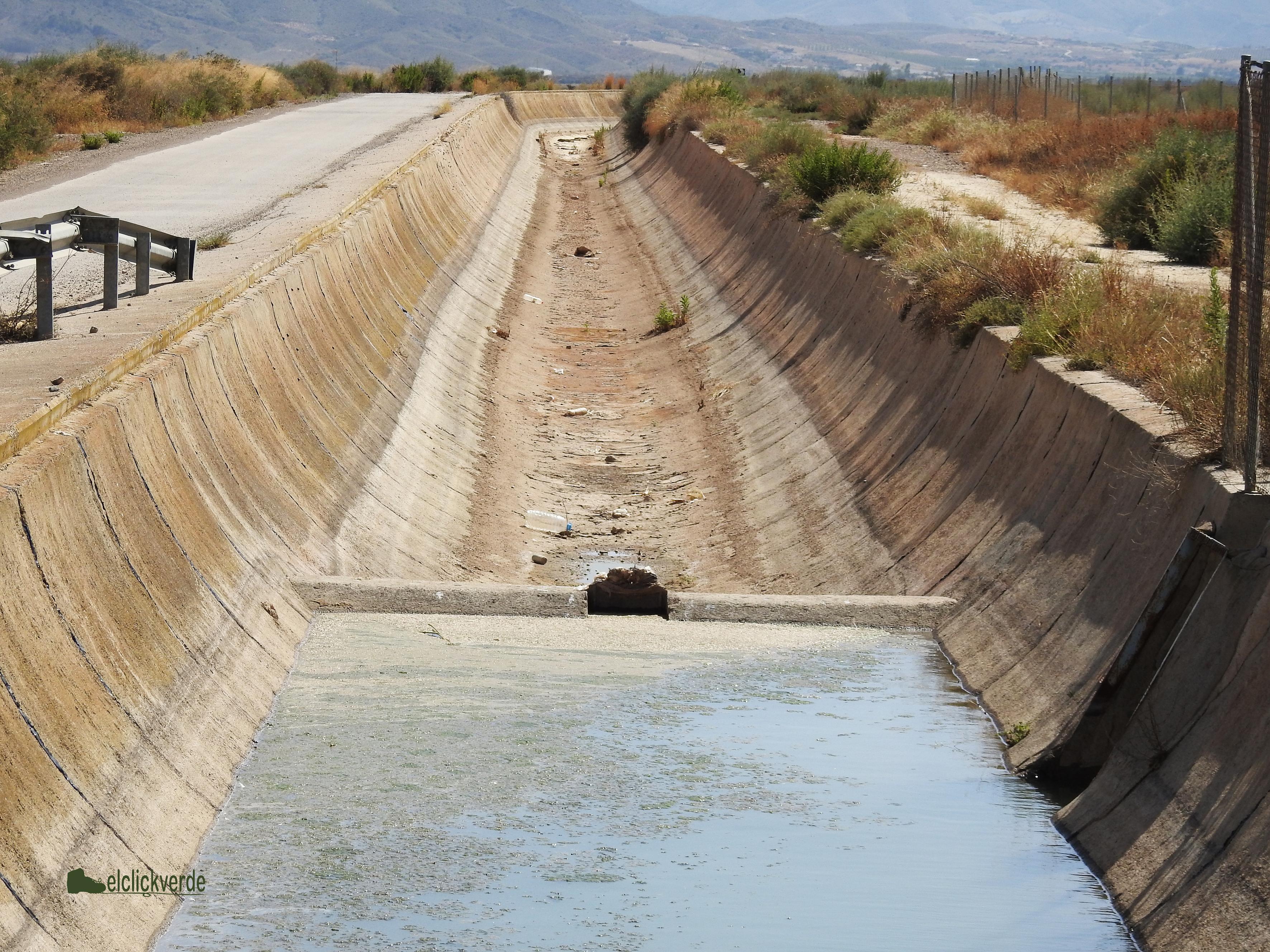 Imagen del canal, con la pequeña represa