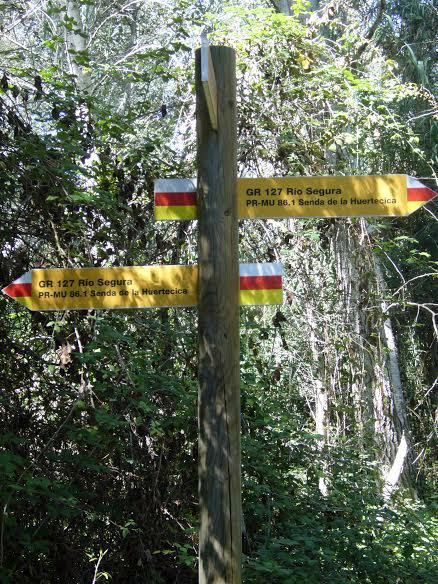 La senda, bien indicada, cruza paisajes diversos (imagen: Belén Escudero).