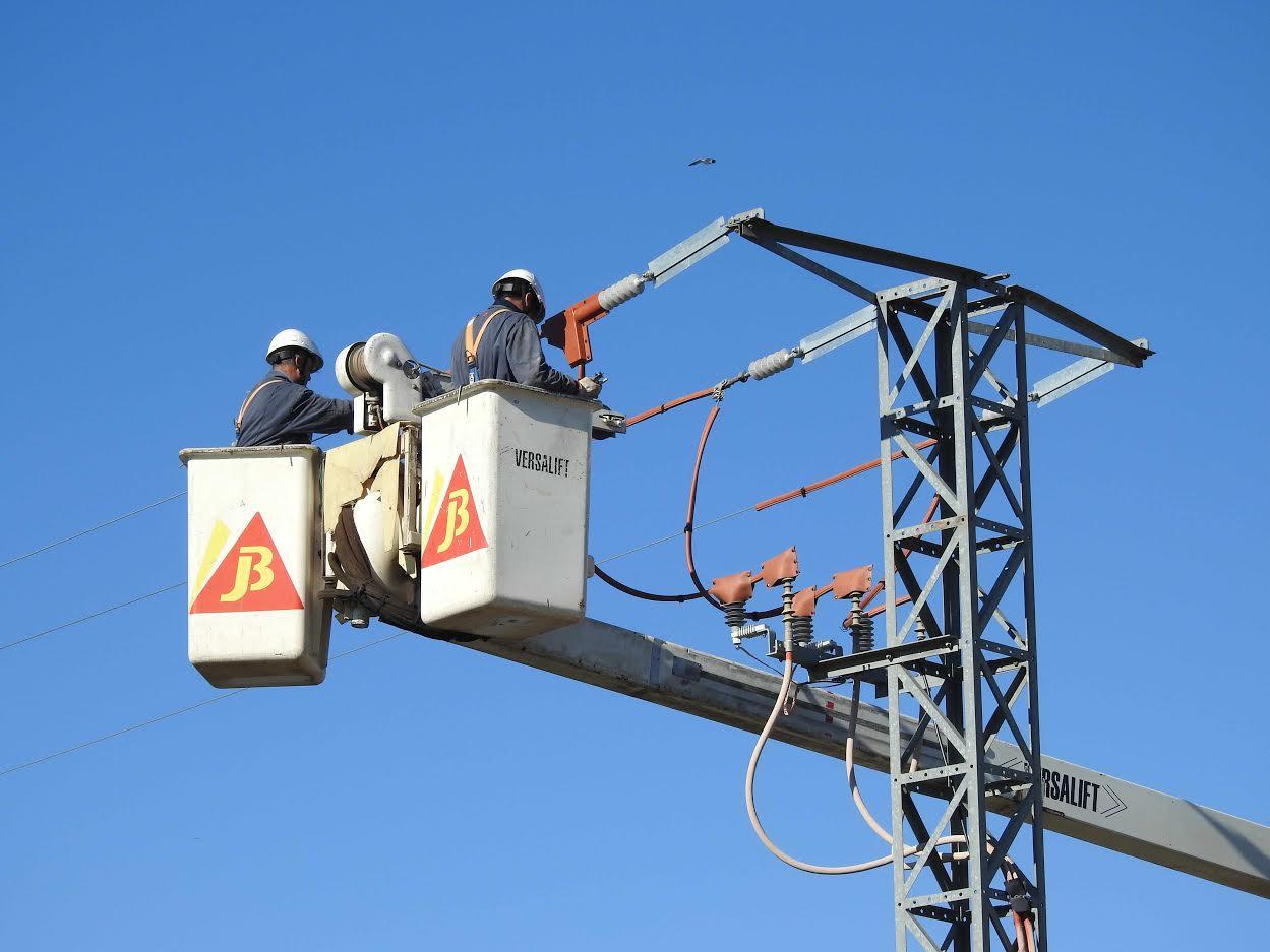Dos operarios aíslan un apoyo eléctrico para evitar muertes de aves. Imagen: Aquila a-LIFE