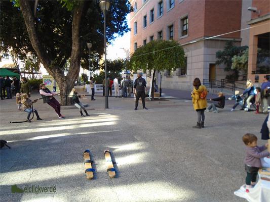 Diversión en medio de la plaza con una maroma y dos equipos.