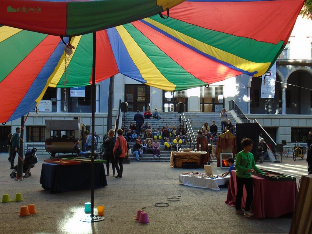 Diversión y color en la plaza.