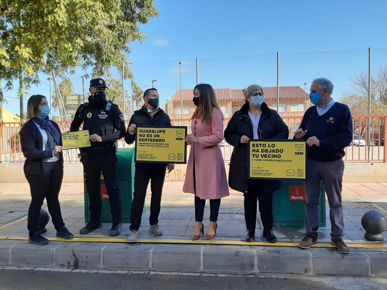 La concejala Rebeca Pérez (c), con las Brigadas Cívidas, presentando las nuevas medidas de la campaña de concienciación. Imagen: Ayto. Murcia
