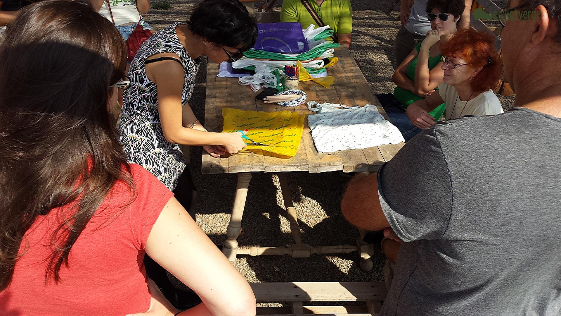 Mina Díaz, monitora del taller de reutilización de bolsas de plástico, en plena actividad.