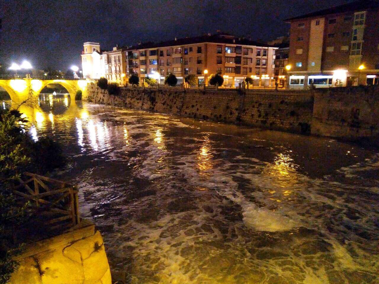 Espuma en el río Segura la noche del domingo 28 de enero. Imagen: Huermur