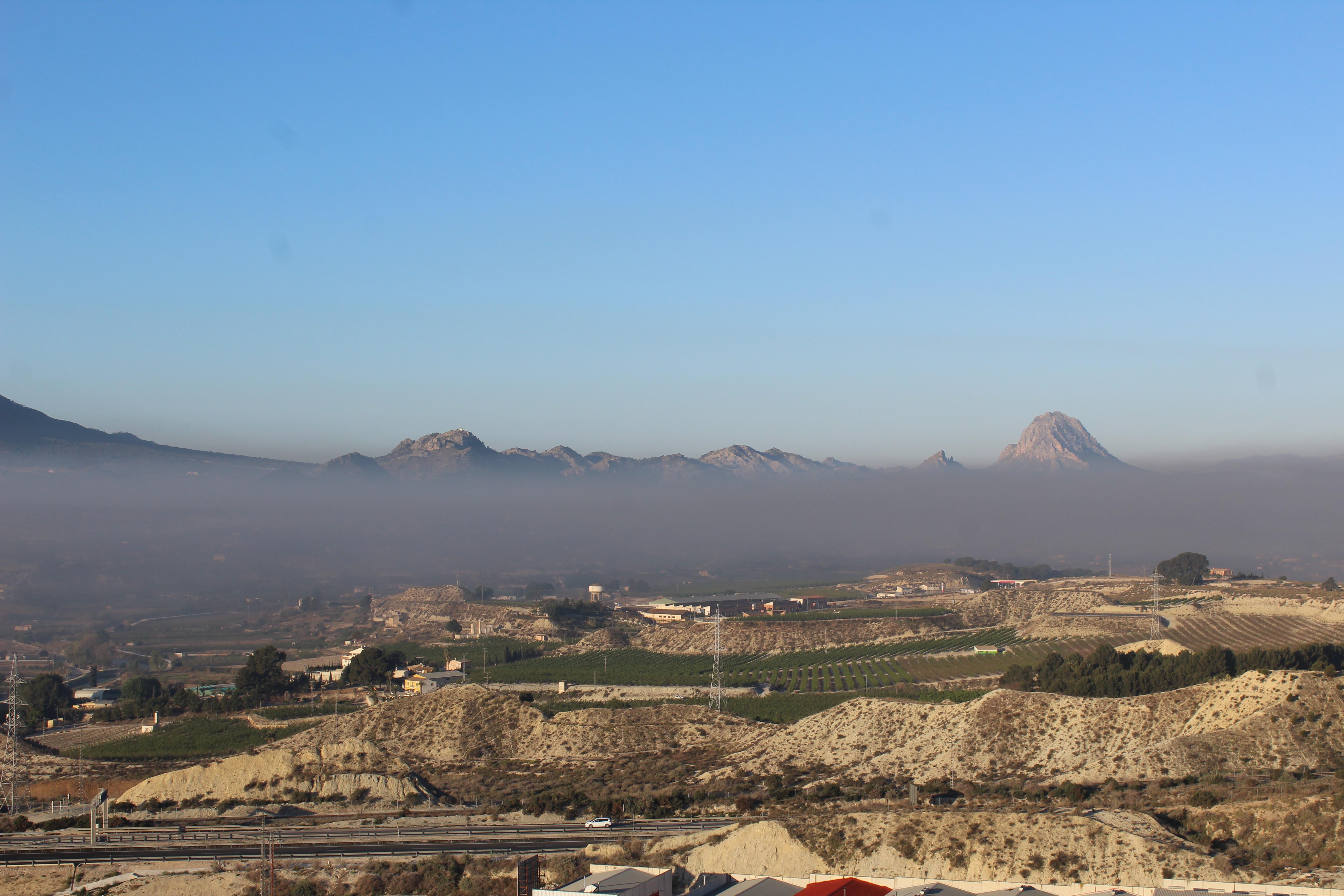 La localidad, bajo una nube de humo, el pasado 28 de marzo de 2019. Imagen: José Antonio Herrera Sánchez / EEA