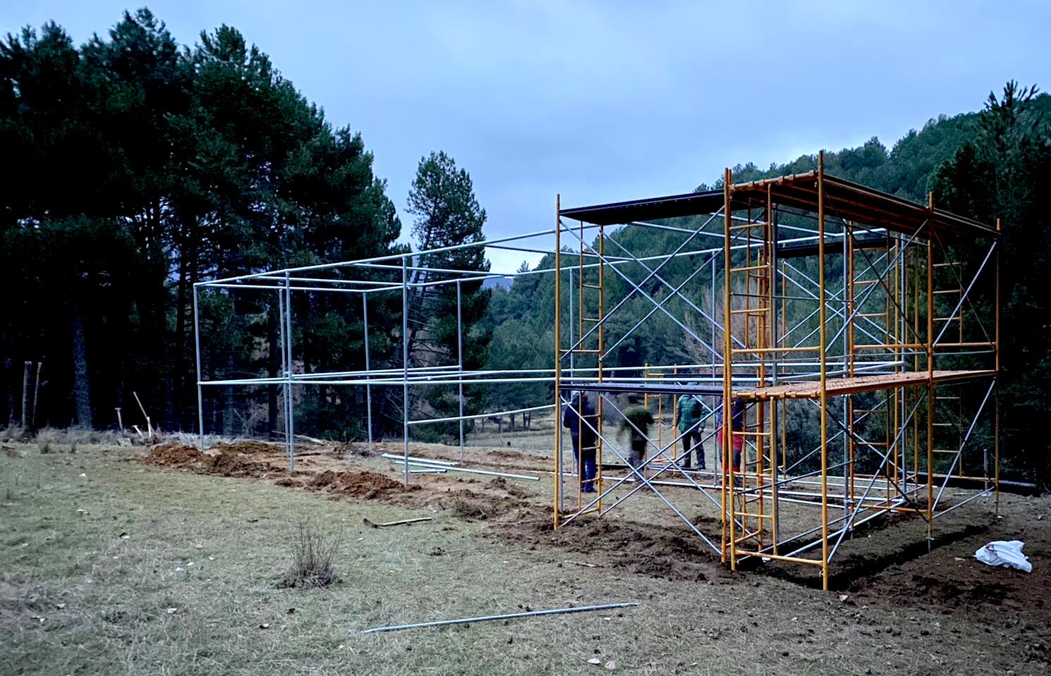 Construcción del recinto de aclimatación que acogerá a los milanos reales que se liberen en Cazorla. Imagen: Junta de Andalucía / GREFA