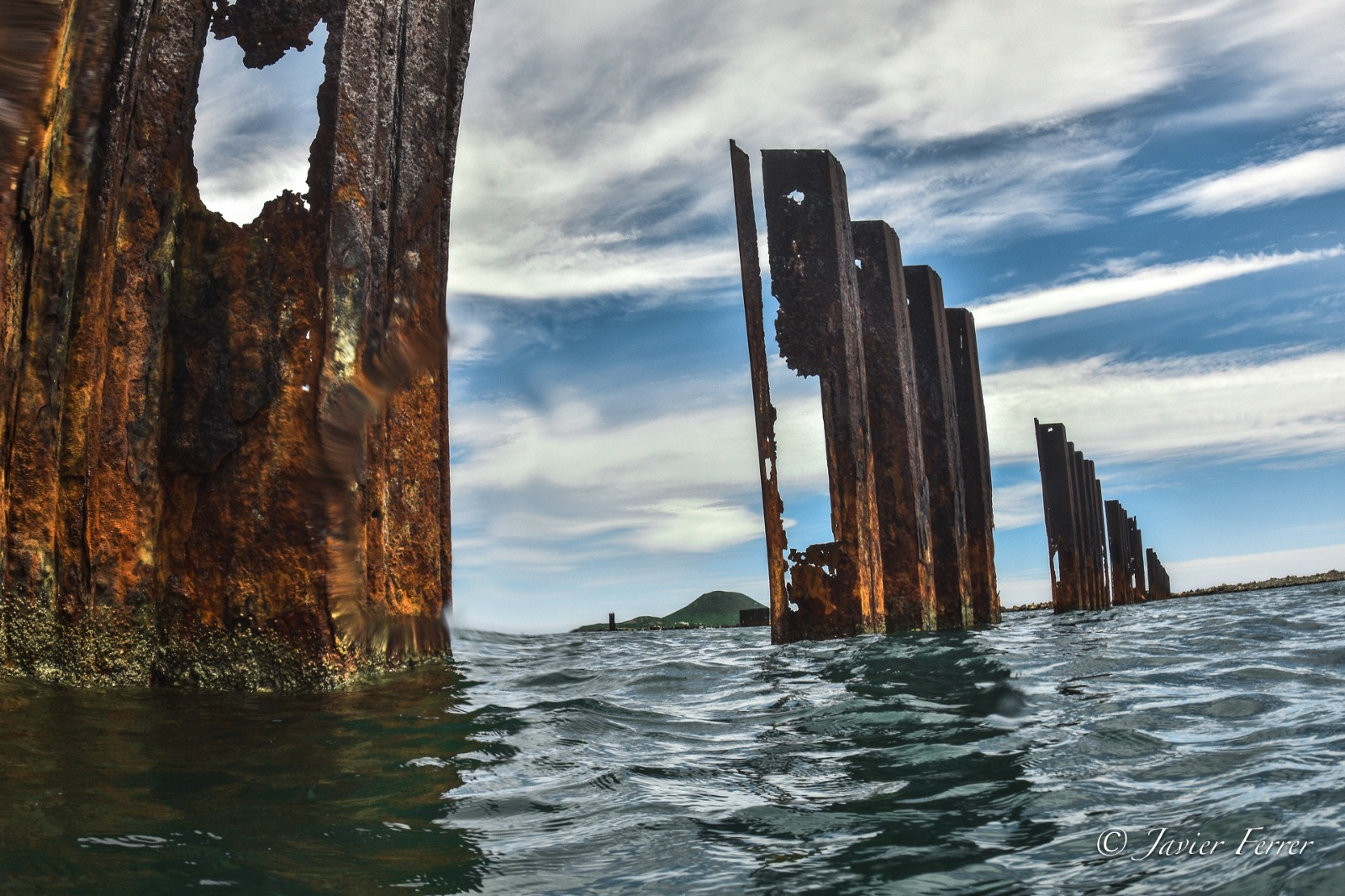 Tablestacas del puerto deterioradas por la corrosión marina. Imagen: J. Ferrer / ANSE.