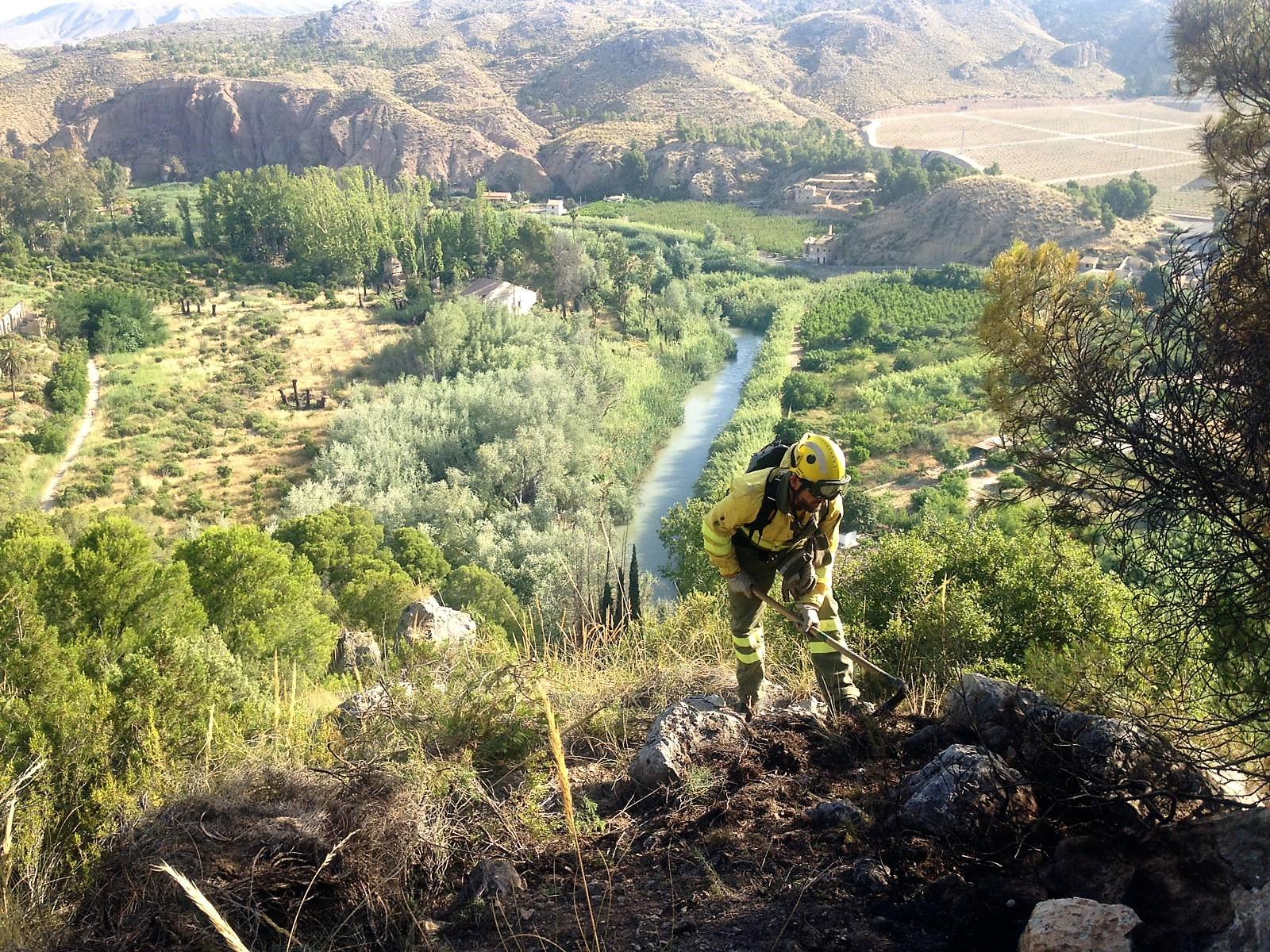 Un momento de los trabajos de extinción del incendio de anoche en El Menjú (Cieza). Imagen facilitada por la Dirección General del Medio Natural /112