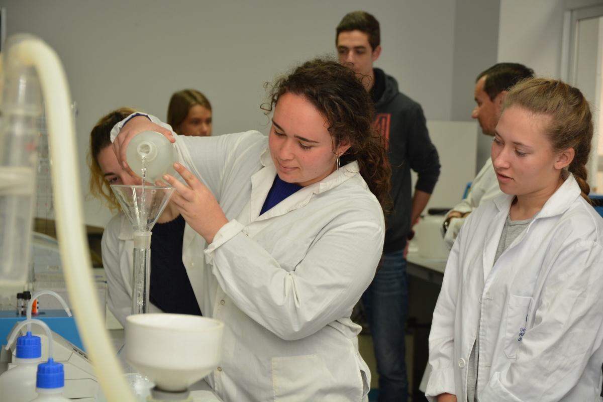 Alumnas del IES Las Salinas en un laboratorio de la UPCT. Imagen: UPCT