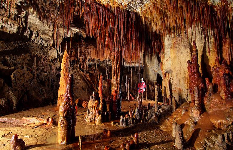 La Sala Roja, dentro de la cueva de Goikoetxe, donde se ha realizado el estudio de las estalagmitas. Imagen: G.E. ADES  /  UPV/EHU
