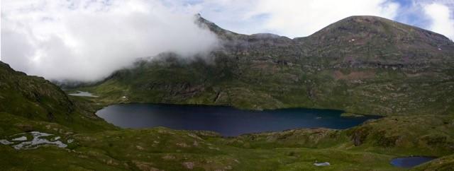 Los investigadores recogieron muestras de más de 220 lagos de montaña. Imagen: CSIC