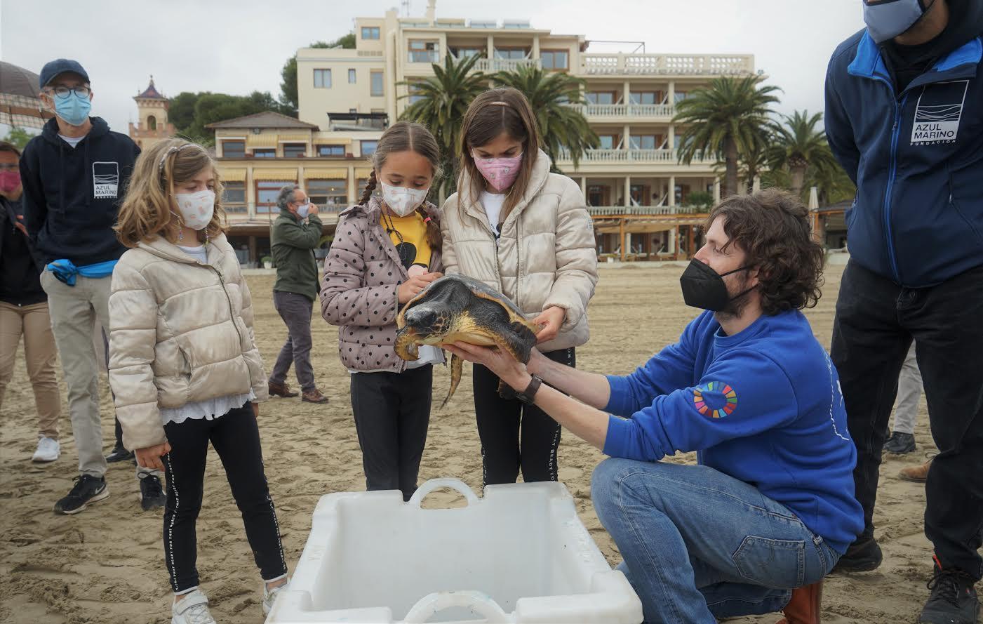Los asistentes aprendieron sobre los quelonios antes de su suelta. Imagen: Oceanogràfic