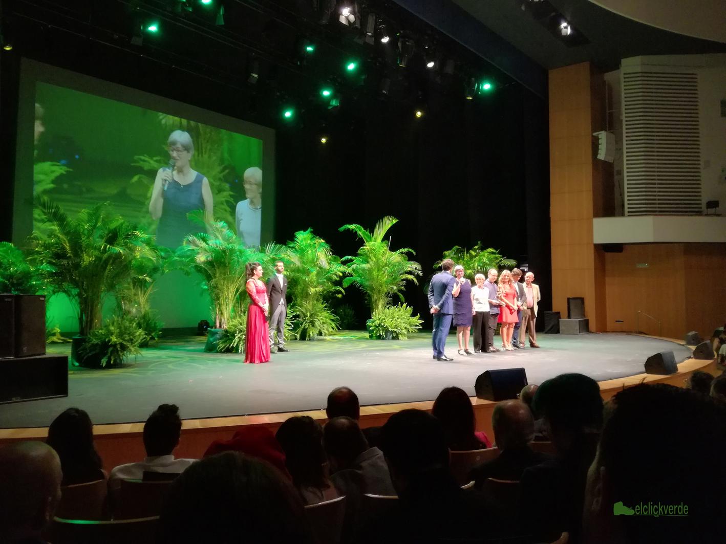 Varios miembros de Pacto por el Mar Menor, recibiendo el premio sobre el escenario