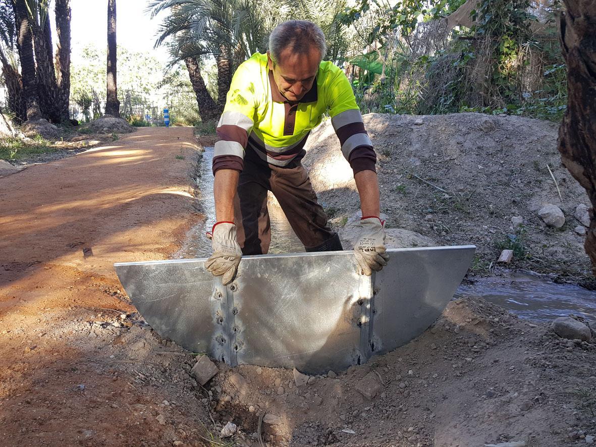 Hacen falta dos operarios para subir y bajar los tablachos. Imagen: Ayto. de Murcia