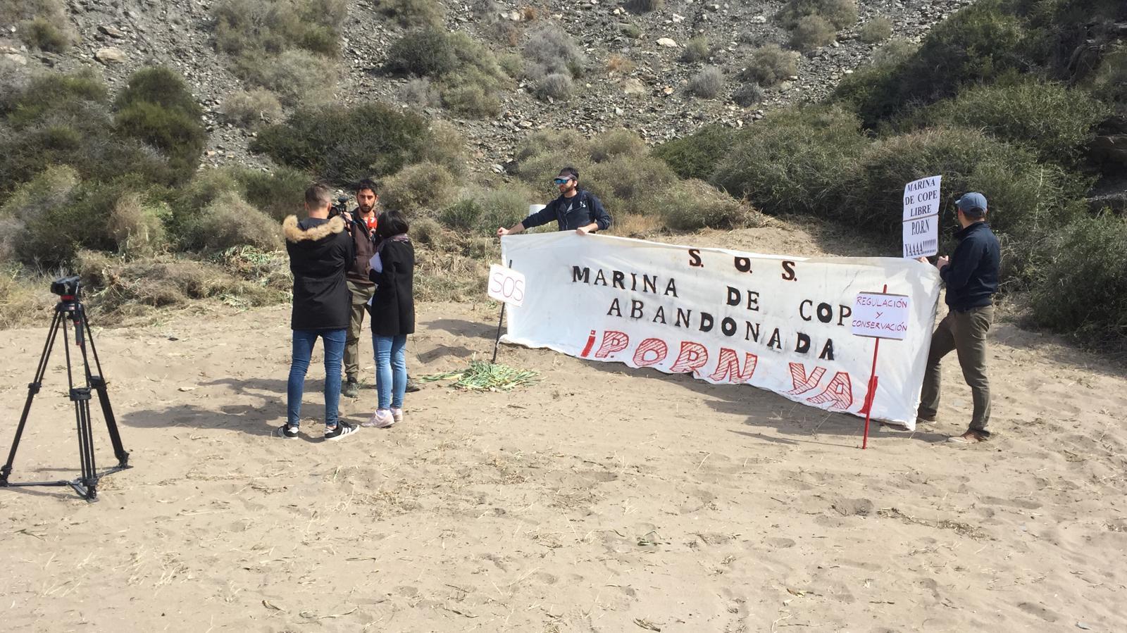 Miembros de Naturactúa y Ecologistas en Acción han desplegado una pancarta en la zona, como acto de protesta y condena a estos hechos. Imagen: Naturactúa