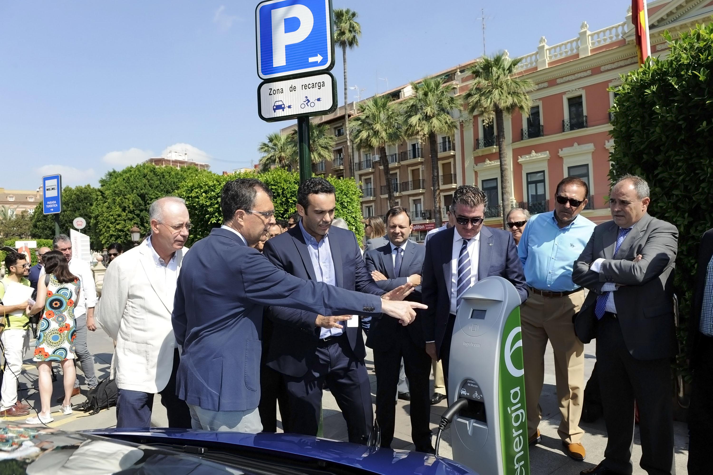 El alcalde, Ballesta, inaugurando esta mañana el nuevo punto de recarga para vehículos eléctricos público y gratuito en la Glorieta de Murcia. Imagen: Ayto. de Murcia