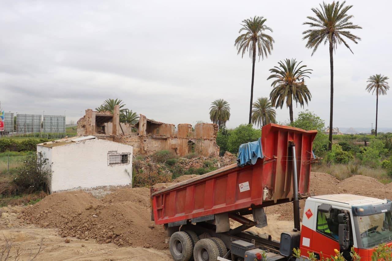 La casa de Antonete Gálvez, detrás de las obras. Imagen: Huermur
