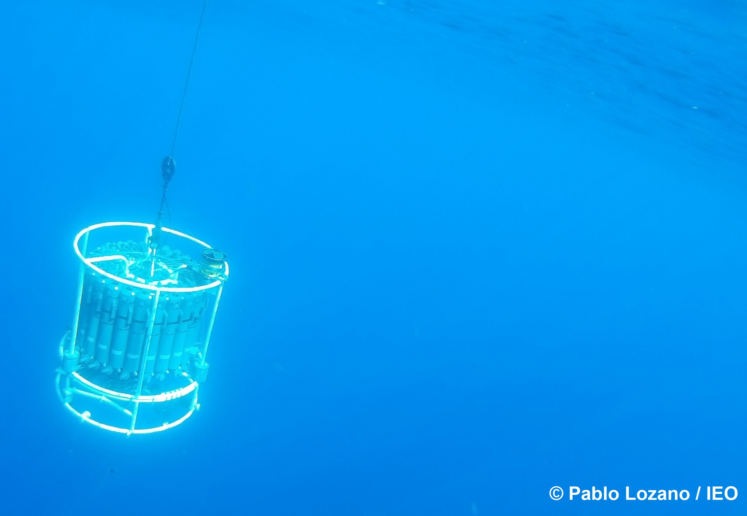 Roseta oceanográfica durante el muestreo en una de las estaciones. Imagen: Pablo Lozano / IEO
