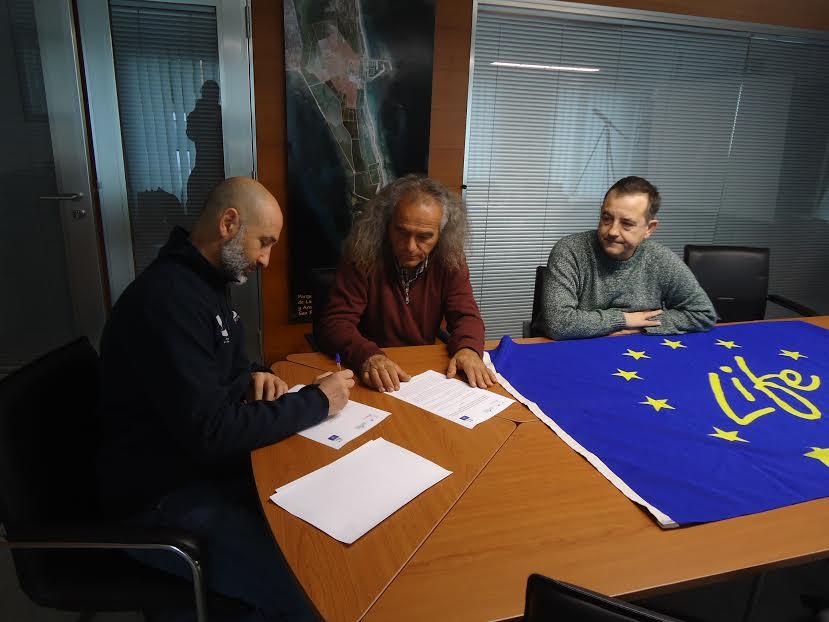 Un momento de la firma del convenio en las instalaciones de Salinera Española en San Pedro del Pinatar. Imagen: ANSE