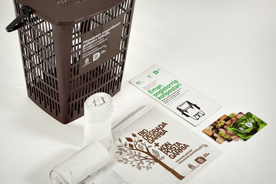 El kit que entregan para compostar: cubo + bolsas compostables + tarjeta para abrir el contenedor + guía de uso. Imagen: Ayto. de San Sebastián.