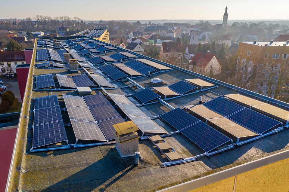 Ecologistas en Acción aboga por las instalaciones de baja y muy baja potencia integradas en edificaciones de uso residencial o industrial. Imagen: Pixabay