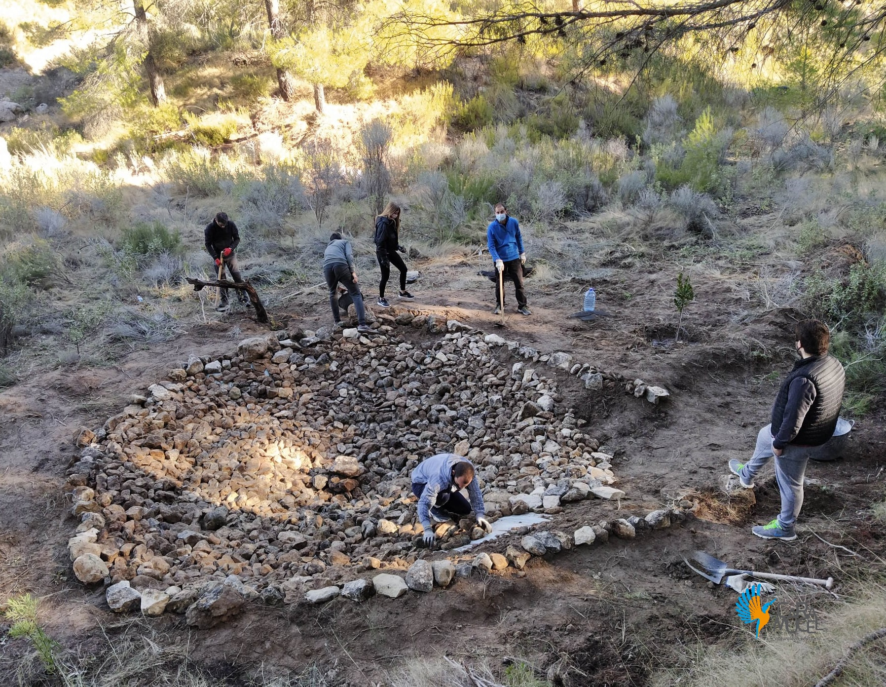 Los voluntarios, construyendo la charca. Imagen: Caramucel